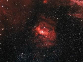 Connue sous le nom de Nébuleuse de la Bulle, elle mesure environ 10 années-lumière de diamètre. Elle est composée d'hydrogène ionisé.