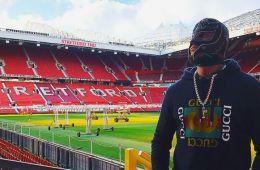 Rey Mysterio visita al Manchester United WWE Noticias: Rey Mysterio recibe regalo del Manchester United
