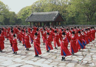 Danse Il-mu durant le rituel Chongmyo Cherye (종묘제례의 일무)