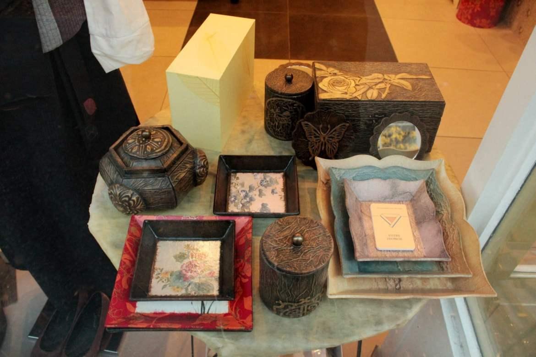 Artisanat coréen réalisé par la propriétaire du magasin.