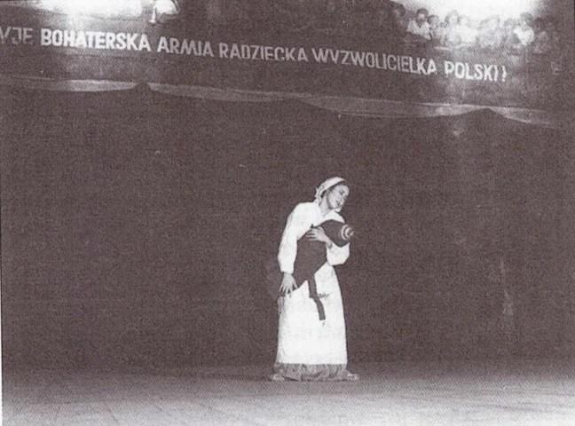 La danse La Mère de la Corée, performance de L'Ensemble vocal et de danse de la République populaire démocratique de Corée, le 7 août 1951, Warszawa (Varsovie) (les orphelins nord coréen)