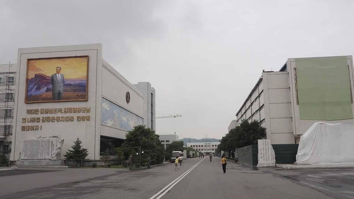 Entrer des Atelier Mansudae a Pyongyang.