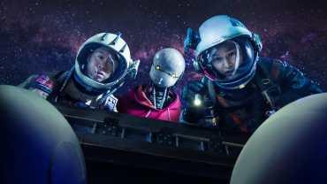 """C'est une scène de """"Space Sweepers"""". De gauche : Jin Seon-kyu comme Tiger Park, Yoo Hae-jin comme le robot Bubs et Song Joon-ki comme Kim Tae-ho."""