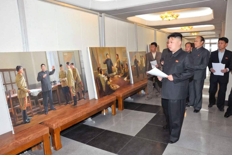 Kim Jong-un passant en revue des toiles où l'on voit Kim Il-sung diffusant au tréfonds des cœurs d'une poignée de sous-fifres engalonnés pétrifiés la glorieuse et resplendissante histoire révolutionnaire