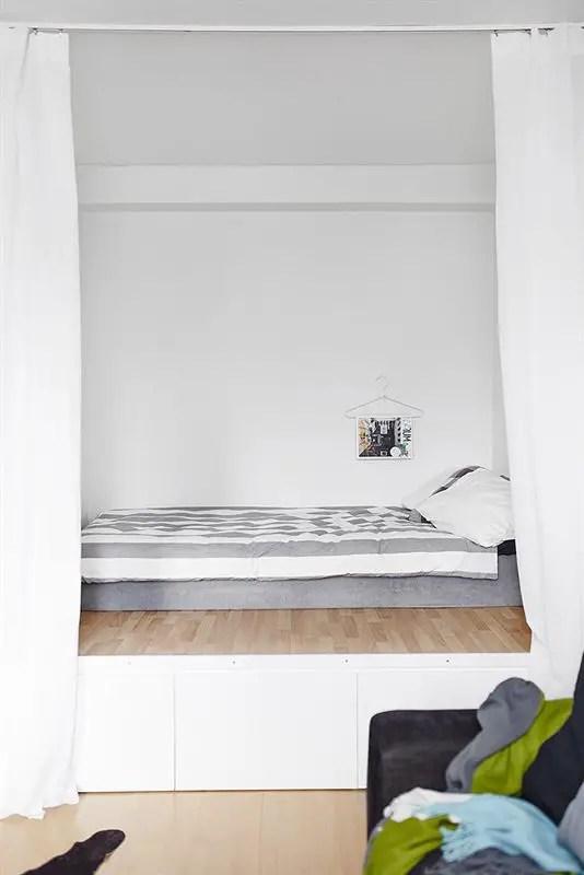 les petites surfaces du jour un lit sur estrade dans un studio planete deco a homes world. Black Bedroom Furniture Sets. Home Design Ideas