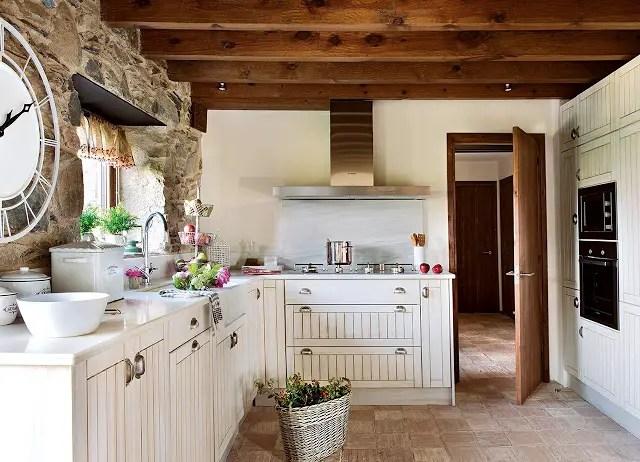 Une maison dans les pyr n es espagnoles planete deco a homes world - Cocina rustica blanca ...