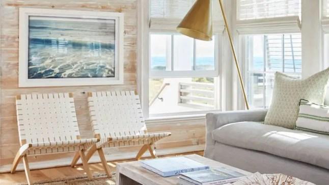 Une maison sur la plage de sable blanc