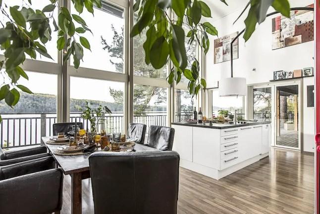 Une maison suédoise bardée de noir avec vue sur l'eau