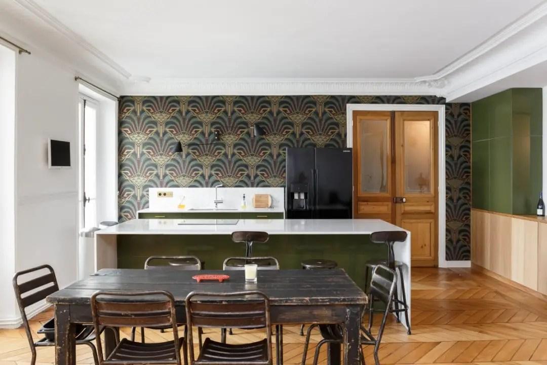 Une Cuisine Et Une Salle De Bain Esprit Art Déco Dans Un Appartement à Paris