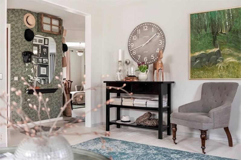 Le papier-peint de l'entrée donne le ton de la décoration de cet appartement