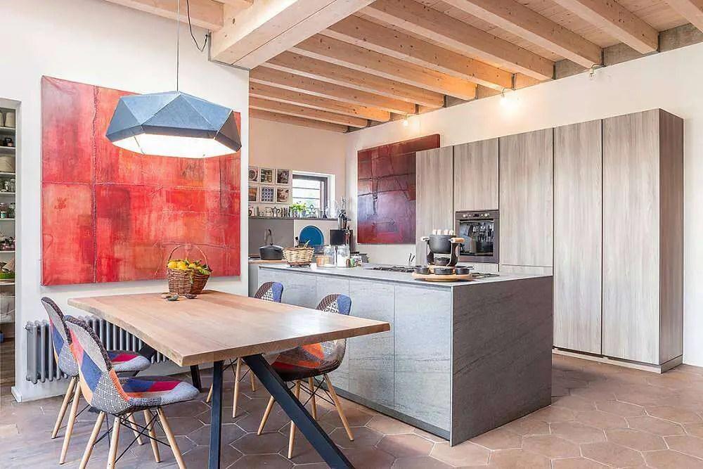 Une cuisine ouverte et un salon dans une maison rénovée à Rome