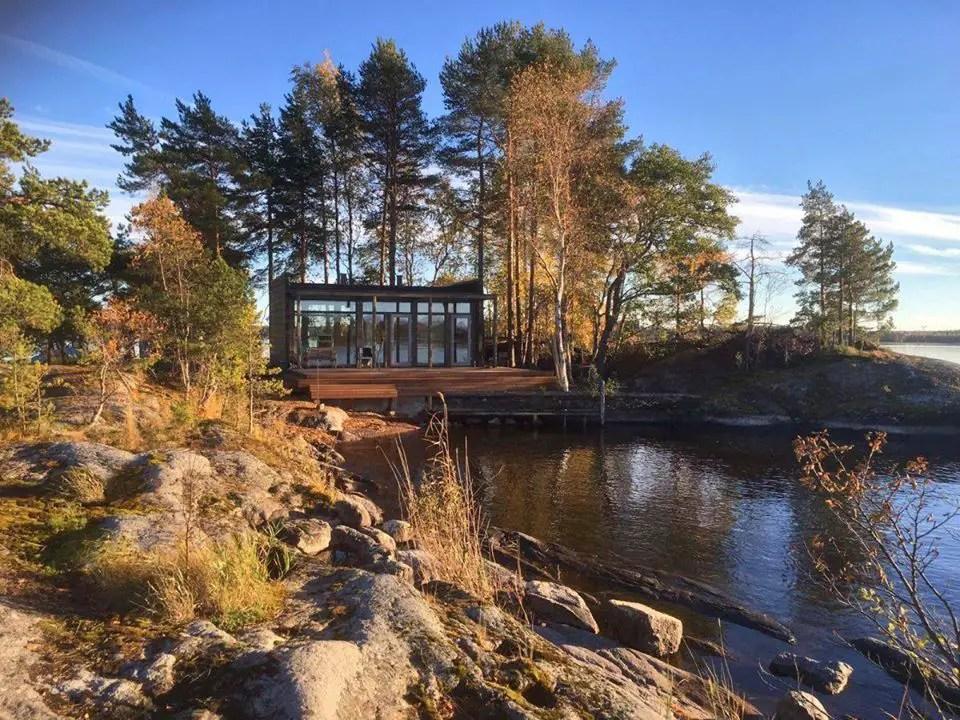 Une maison vitrée en bois au bord de l'eau - PLANETE DECO a homes world