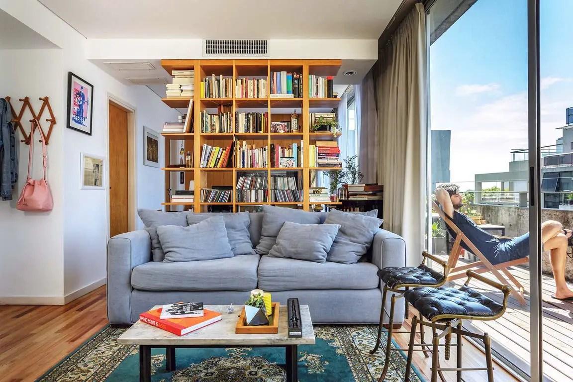 Une bibliothèque astucieuse transforme un studio en deux-pièces - PLANETE DECO a homes world