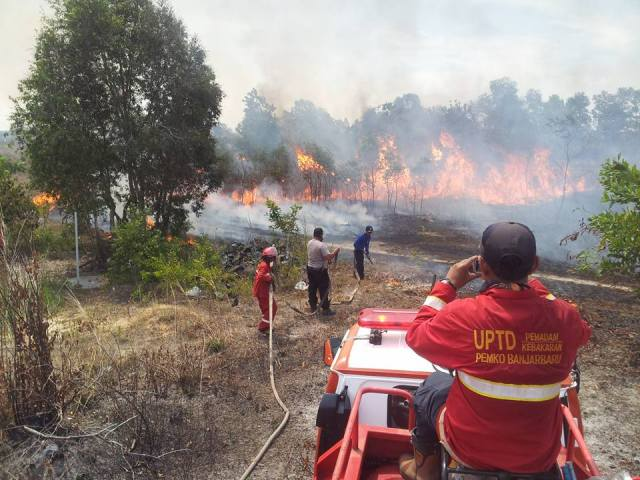 Indonesian firefighters trying to contain forest fire in South Kalimantan. October, 2015. (Photo via WikiMedia Commons)