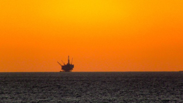 An oil drilling platform off the coast of Santa Barbara, CA. (Photo Credit: TheConduqtor / WikiMedia Commons)