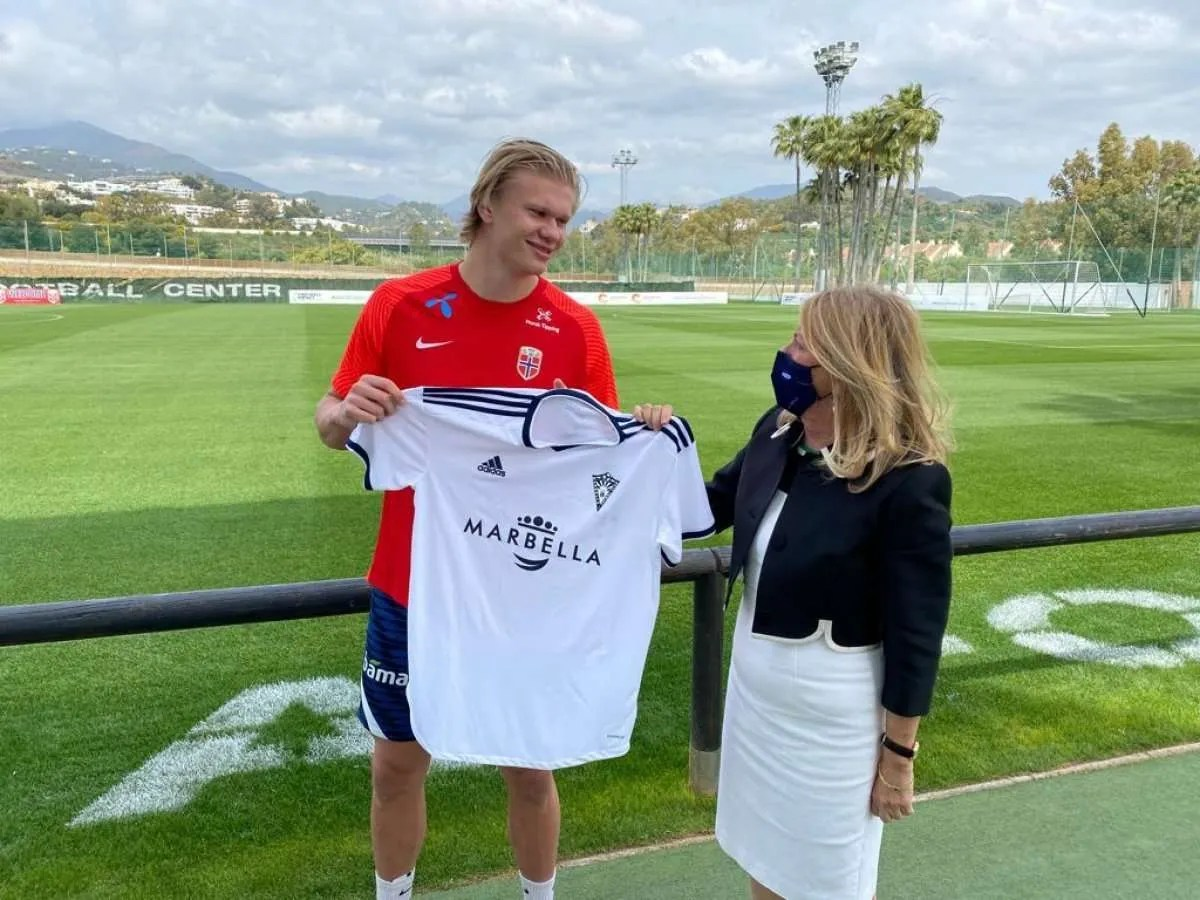 Haarland was presented with a Marbella shirt by the mayor