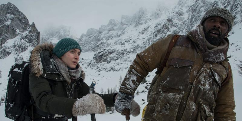 Ben (Elba), o clássico herói, guiando Alex (Winslet), a mocinha infedesa.
