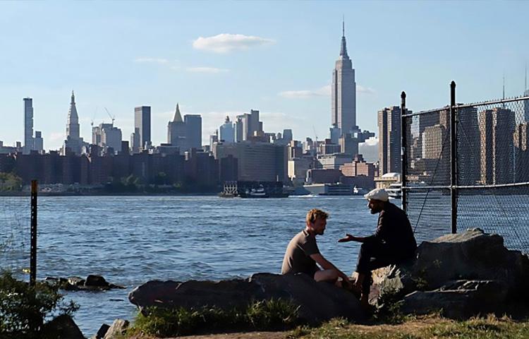 Nico e seu amigo apreciam a gigantesca Nova Iorque.