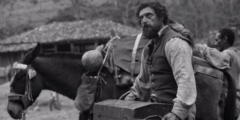 Antônio carrega uma caixa com o enxoval de seu filho.