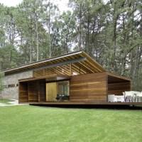 Moderna casa de campo construida en madera, hermosa estructura combina piedra rústica y madera en fachadas