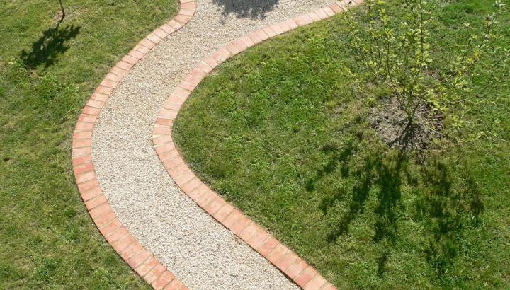 Un camino de grava para nuestro jardín