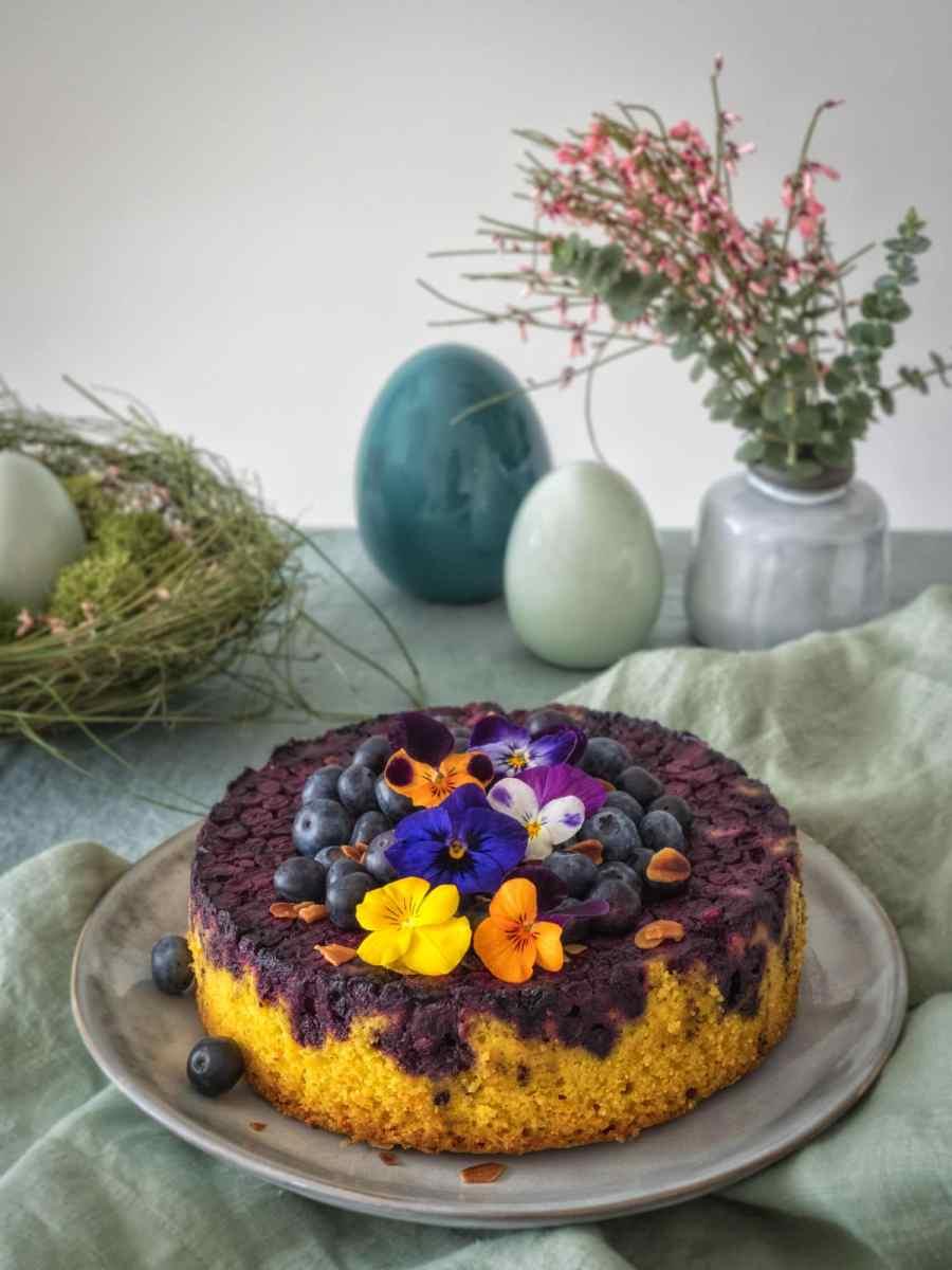 Kurkuma Kuchen mit Blaubeeren und Mandelboden