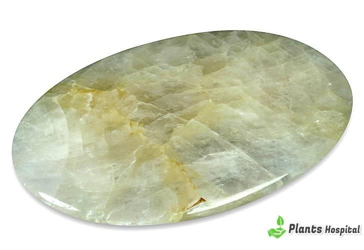"""piedra de calcita que significa """"ancho ="""" 728 """"altura ="""" 500 """"srcset ="""" https://i1.wp.com/www.plantshospital.com/wp-content/uploads/2019/07/calcite-stone-meaning.jpg?w=1140&ssl=1 728w, https: //www.plantshospital.com/wp-content/uploads/2019/07/calcite-stone-meaning-300x206.jpg 300w """"tamaños ="""" (ancho máximo: 728px) 100vw, 728px """"></p> <h3>¿Cómo utilizar?</h3> <p>Cuando se interrumpe el flujo de energía del chakra sacro, se produce una falta de motivación o energía. Puede sentirse extremadamente estancado e incluso desesperado porque no puede tener momentos felices en su vida.</p> <p>Si su chakra sacro se vuelve muy activo, siempre puede sentirse frustrado y puede hacer que se sienta muy emocional, incluso en cosas pequeñas. Puede sentir que no tiene poder personal. A menudo, no podrás expresar emociones, crear un trabajo significativo o encontrar alegrías simples en la vida.</p> <p><strong>Piedra de calcita</strong> es una piedra fuerte y energizante para este chakra. Equilibra las emociones y alivia los miedos. Soluciona tus problemas y maximiza tu potencial.</p> <p>Mueve tu energía y te alienta a ver viejos dilemas de nuevas maneras, para que la solución esté frente a tus ojos. <strong>Piedra de calcita</strong> puede usarse para curar problemas emocionales relacionados con su sexualidad, creatividad y heridas emocionales.</p> <p><strong>Selección del editor:</strong></p> <blockquote class="""