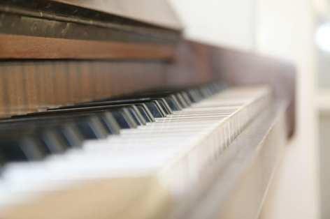 piano-klavier-tastatur-finger-bewegen