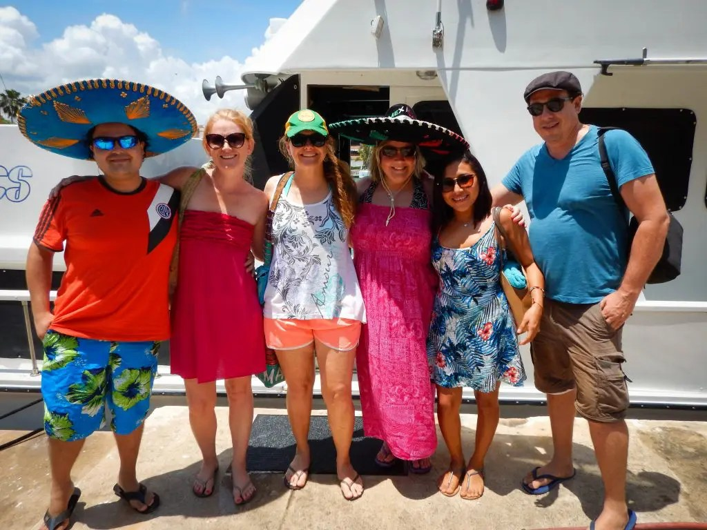 Group picture in front of the Playa del Carmen yacht charter