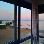Vistas rosadas del atardecer desde la ventana del dormitorio