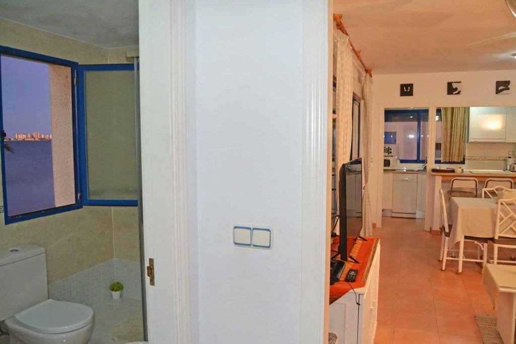 Baño y sala de estar desde pasillo