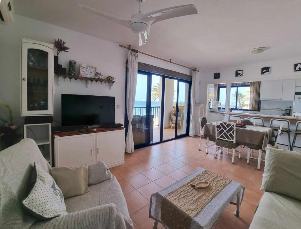 Sala de estar espacioso con vistas al mar