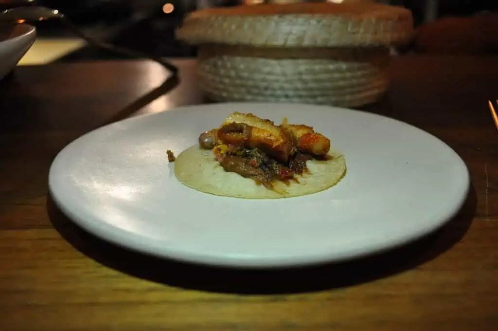 Taco de Papada de Res con frijoles puercos, Restaurante Alcalde, Guadalajara, Mexico