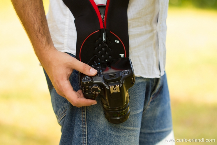 Lo Strap&Wrap utilizzato come tracolla per la macchina fotografica