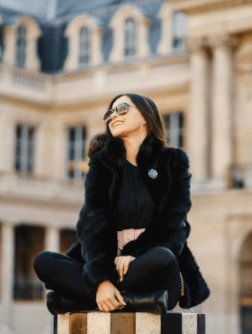 girl-sitting-at-a-landmark-in-paris-VMK93TX.png