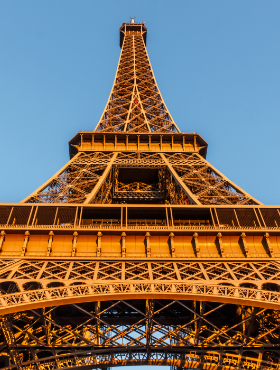 the-eiffel-tower-located-on-the-champ-de-mars-in-XG7REZV.png