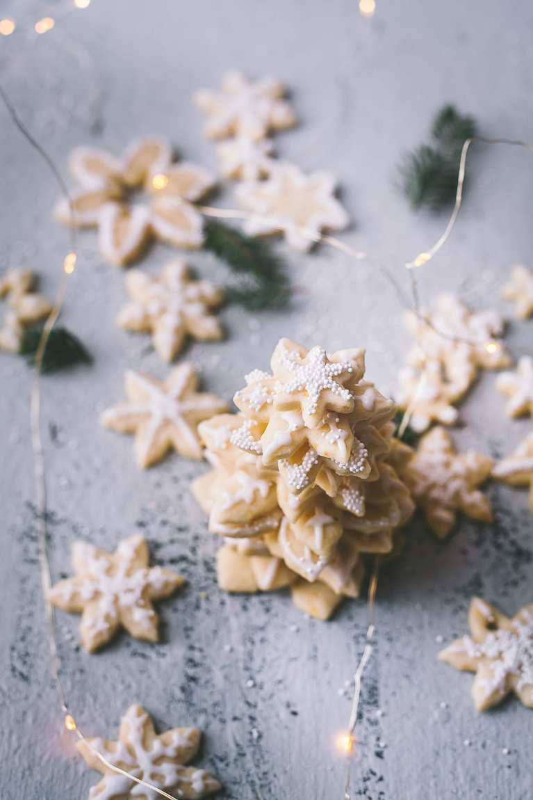 Almond Orange Snowflake Cookies | Playful Cooking #foodphotography #cookies #christmas #snowflake #cookiewreath