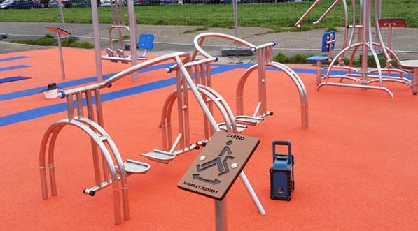 Aire de fitness outdoor ou gym en plein air en banlieue Parisienne