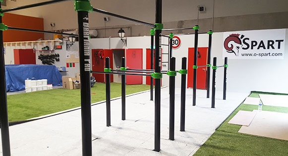 Montage de structure fitness, calisthenics et street workout en salle.