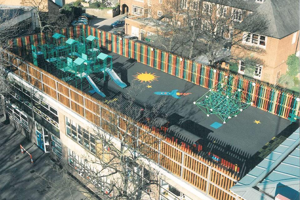 Aire de jeux au dessus d'une école à New York