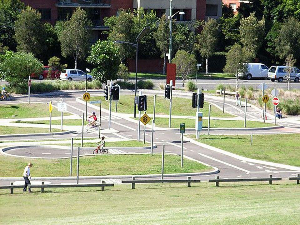 Parc à vélo avec des signalisations pour apprendre le trafic routier