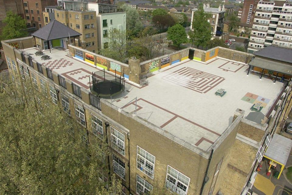 Aire de jeux avec marquages au sol sur une aire de jeux au dessus d'une école