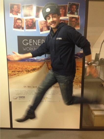 Photo d'un homme qui saute avec une chapka