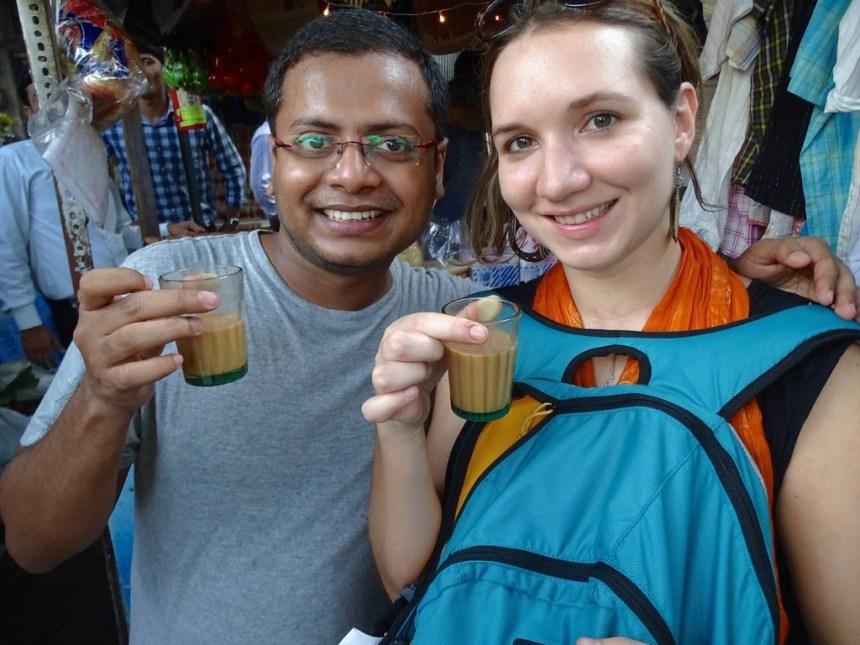 Un indien et une touriste boivent un masala chai a mumbai en inde