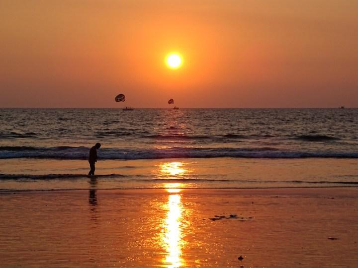 Un magnifique coucher de soleil sur la plage a goa en inde