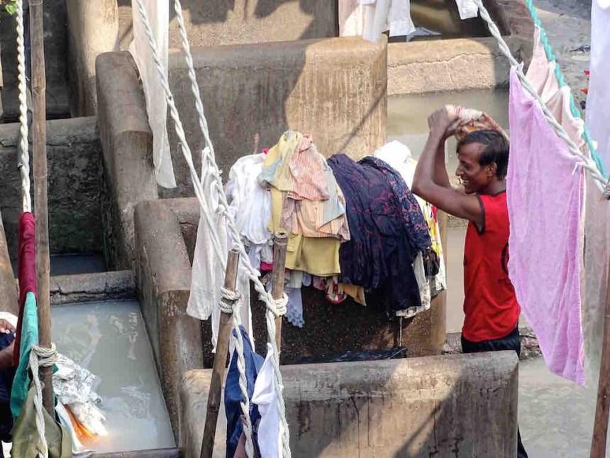 Un indien lave du linge a Mumbai en Inde