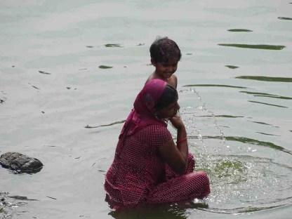 Une indienne et son enfant se baignent dans le bassin Banganga a Mumbai en Inde
