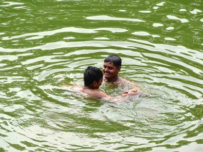 Des Indiens se baignent dans le bassin Banganga a Mumbai en Inde