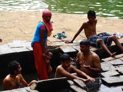 Des Indiens se baignent dans le bassin Banganga