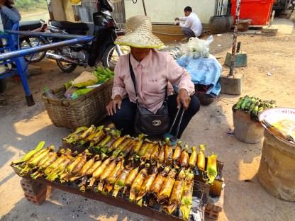 Manger du riz gluant a la banane au cambodge